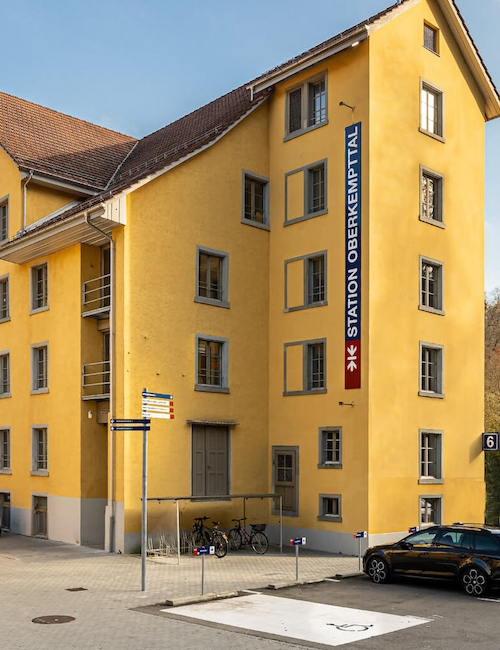 Anfahrt zur Ins Zentrum GmbH - Barrierefreier Eingang mit Lift, Lieferanteneingang